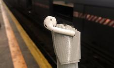 Как достать AirPod, упавший на рельсы в метро. Мастер-класс в трёх твитах