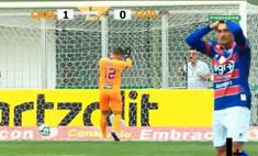 Самый «крутой» автогол сезона: футболист забил в свои ворота с центра поля (видео)