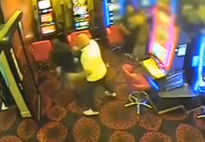 Посетитель казино голыми руками отбил нападение грабителей с мачете (вдохновляющее видео)