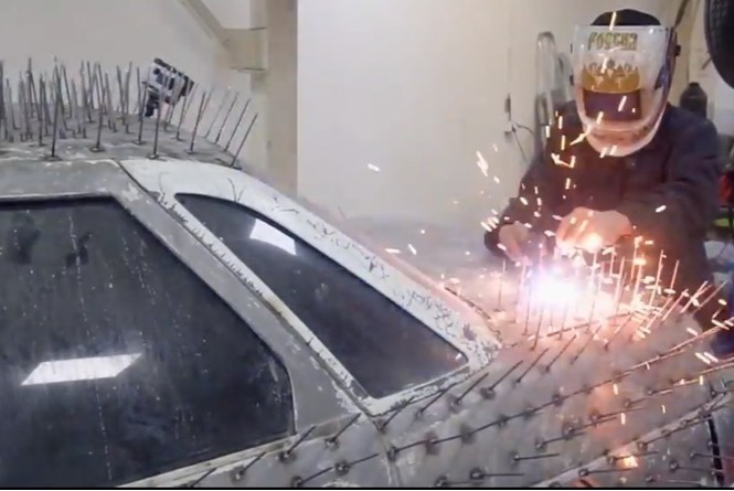 «Десятке» приварили 5000 гвоздей (видео). Ее готовят к эпичному поединку с другой машиной