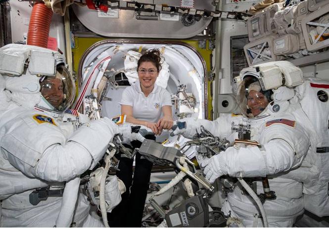 парный женский выход открытый космос отменен размеров скафандров