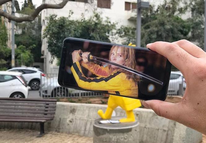 Коллажи из экрана смартфона и живого мира (галерея)