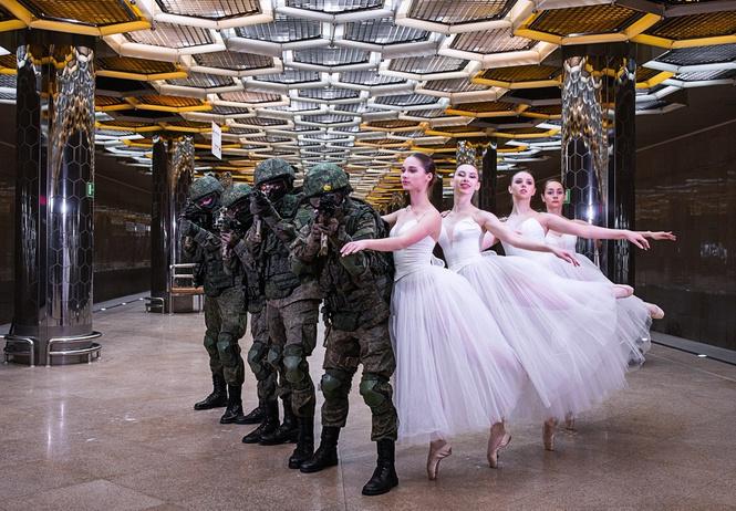 Военные Екатеринбурга сделали праздничную фотосессию с балеринами в метро (галерея)