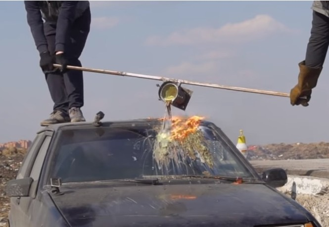 Что будет, если вылить кипящую «лаву» на лобовое стекло автомобиля? (познавательное видео)