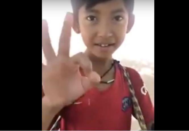 камбоджийский мальчик продающий сувениры языках