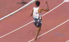 Эфиопский бегун обогнал всех на дистанции в пять километров и начал праздновать победу, но оказалось рано (видео)