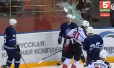 хоккеист радовался забитому голу разбил заградительное стекло видео