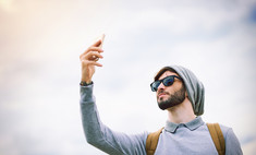 Поднимать телефон повыше, чтобы поймать сеть,— бессмысленно
