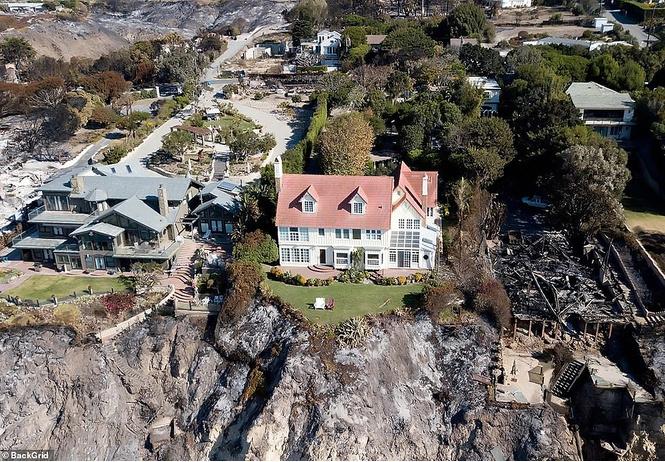 Калифорнийские пожары сожгли дома звезд, но оставили невредимым особняк Энтони Хопкинса