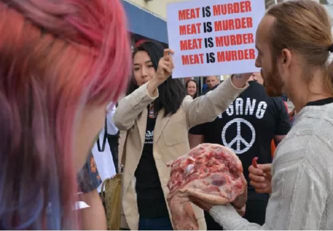 Британец устроил акцию протеста, начав есть свиную голову на веганском фестивале (видео)