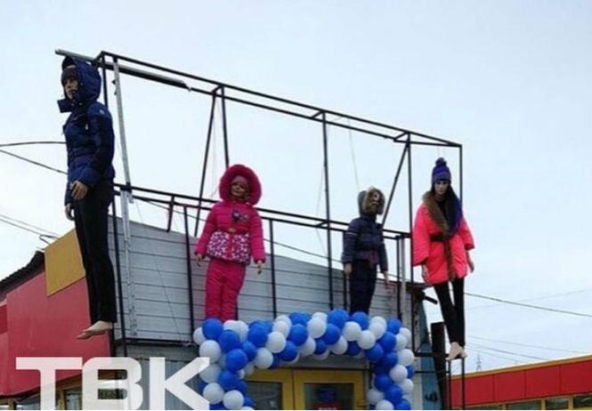 В Красноярске магазин детской одежды украсили повешенными манекенами