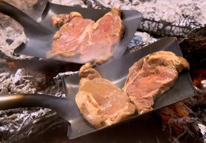 Как пожарить мясо на лопате (видео от Гордона Рамзи)