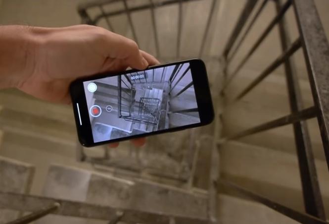Айфон с включенной камерой сбросили в пролет лестницы с 30-го этажа. Вот что он снял и вот что с ним стало (видео)