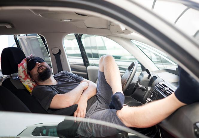 Пьяный водитель Tesla спал за рулем, пока машину вел автопилот. Но полиция не оценила его находчивость