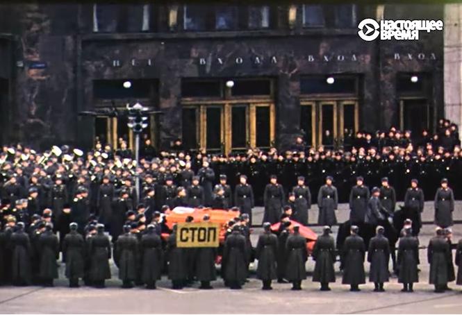 Похороны Сталина из окна американского посольства напротив Кремля (видео)