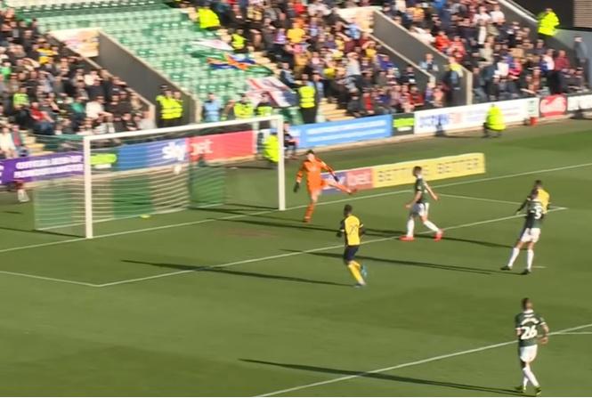 Самый неспортивный футбольный гол сезона (видео)