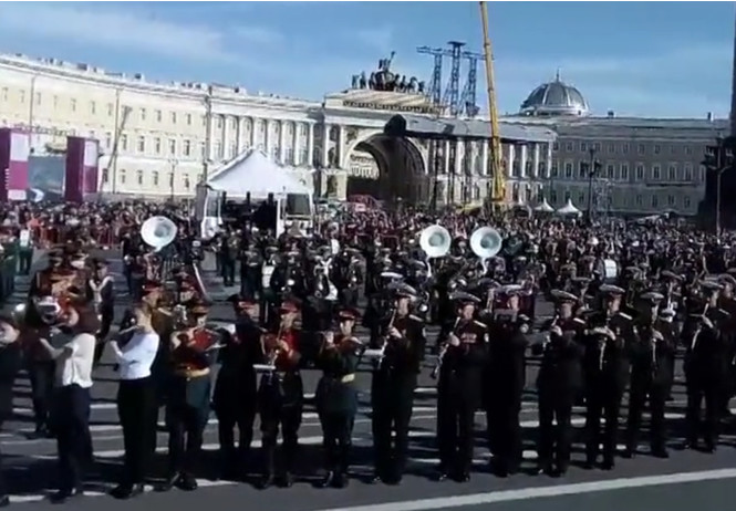 санкт-петербурге 500 военных сыграли разом полет шмеля видео