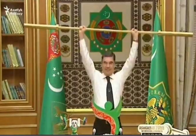 Президент Туркмении жмет гриф штанги. Министры аплодируют стоя (видео, вызывающее сложные чувства)