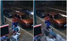 мужика сидевшего стуле сбило отлетевшее машины колесо видео
