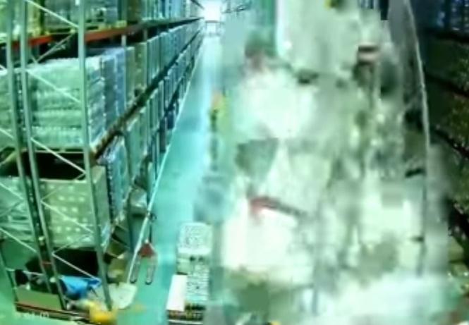 Грузчик на погрузчике одним легким движением обрушивает целый склад (апокалиптичное видео)
