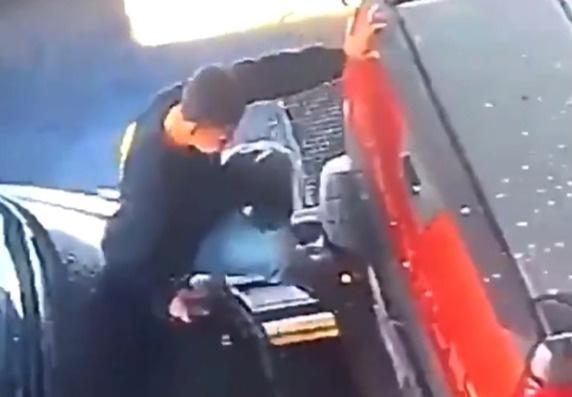 Автомойщик героически спасает собой машины от столкновения (видео)