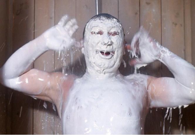 Ты принимаешь душ слишком часто, считают ученые