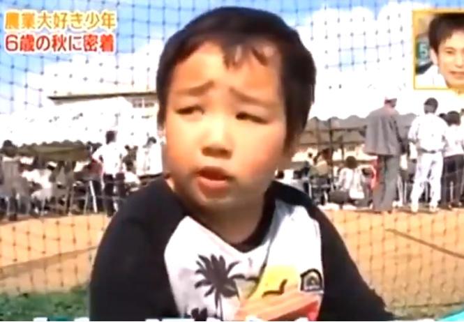 В Японии шестилетний мальчик переобщался со стариками и сам стал как маленький дед (видео)
