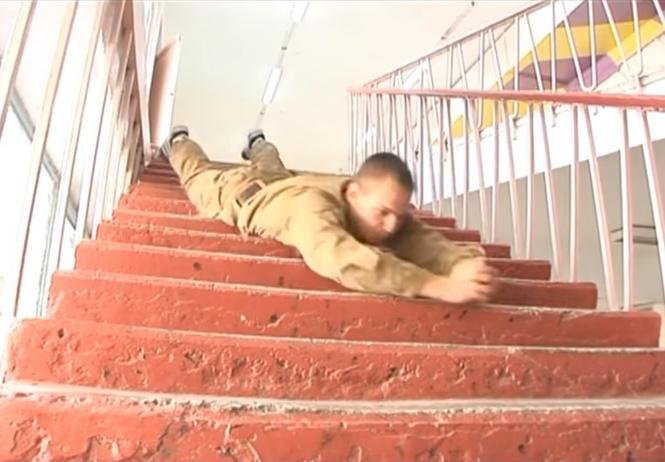 впечатляющая тренировка боя время спуска лестницы животе видео