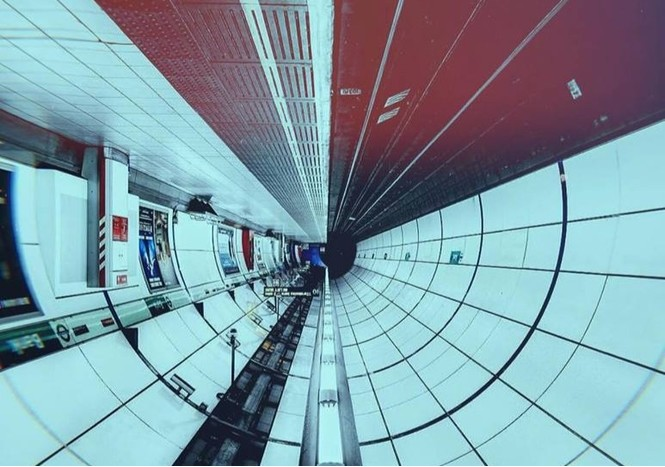 Девушка перевернула фото метро, и они выглядят как интерьеры космического корабля будущего