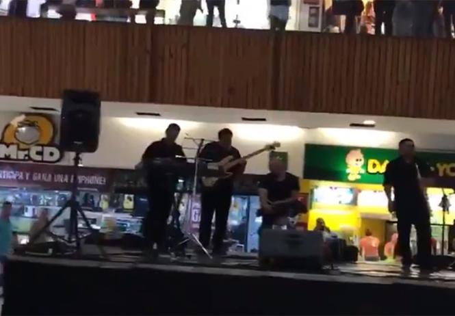 В мексиканском торговом центре начался мощный потоп, но находившийся внутри оркестр не запаниковал и встретил его музыкой из «Титаника» (видео)