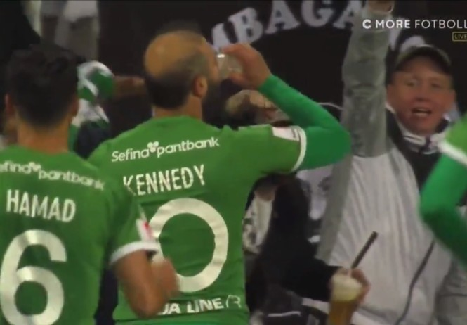 Футболист классно забил и тут же отметил гол, приложившись к стакану прямо на поле (видео)