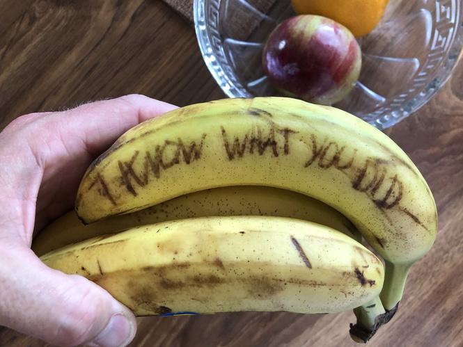 новая идея розыгрыша страшные надписи бананах