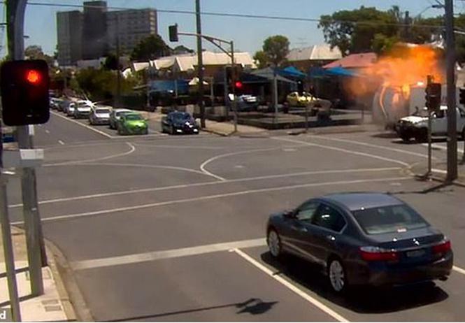 «Путешественник во времени» растворился в воздухе за пару секунд до взрыва грузовика (Видео)