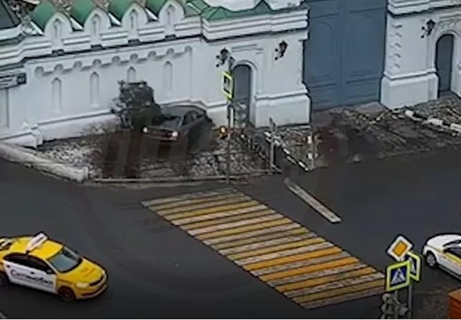 Полицейский на BMW протаранил стену московского храма (видео)