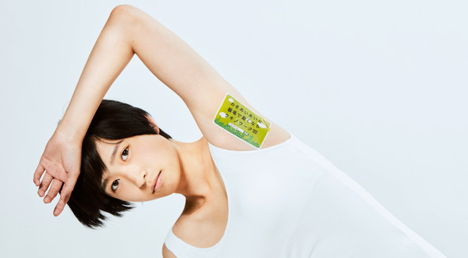 японское агентство размещает рекламу женских подмышках