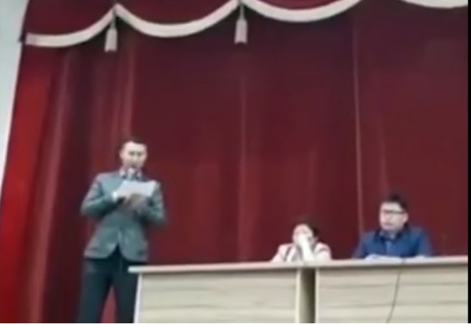 «Не является суперменом, не делает селфи, не ходит к гадалкам». Якутский мэр через суд вынудил КВН-щика извиниться за шутку (видео)