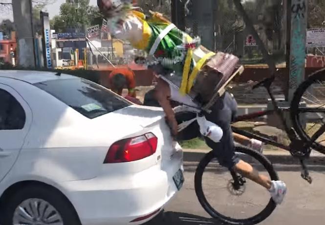 ждали момента велосипедист статуей святого спиной врезается машину