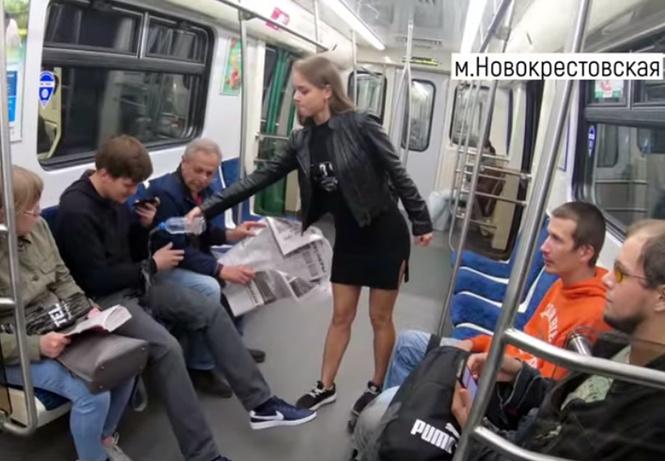 питерская феминистка обливает водой мужчин расставляющих ноги метро