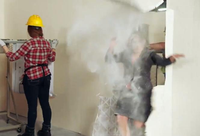 Губернатор штата Нью-Мексико сняла видео, в котором она пробивает собой стены