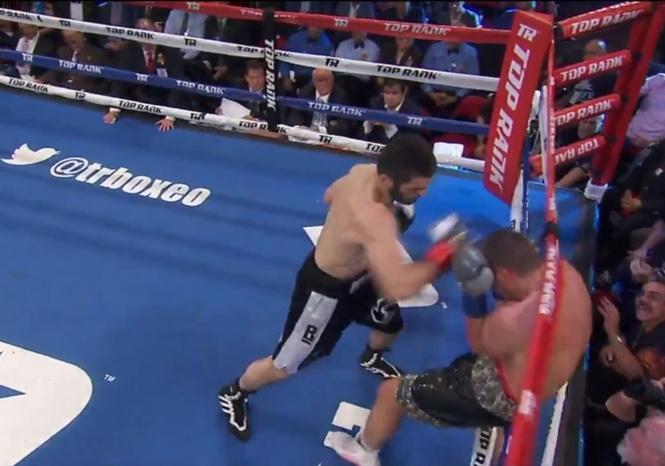 Россиянин технично нокаутировал американца и защитил титул чемпиона мира по боксу (видео)