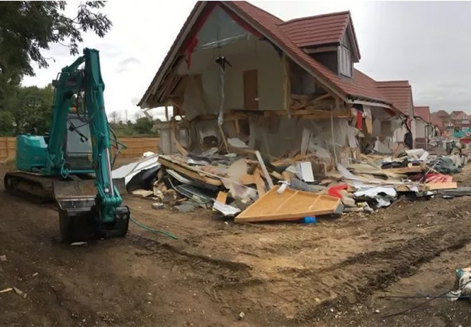 англии обиженный строитель разрушил построенных домов