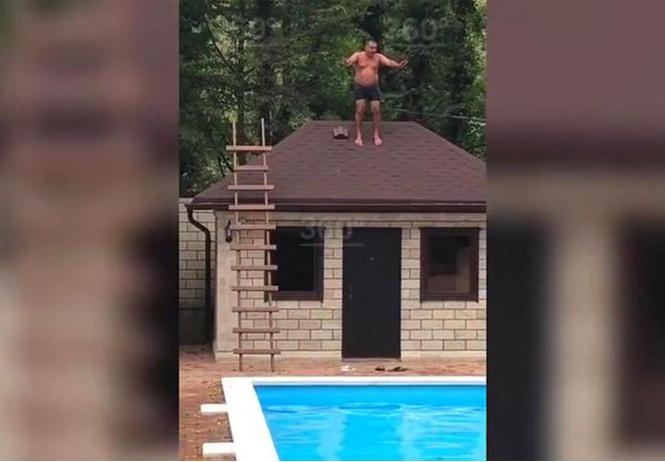Мужчина промахнулся мимо бассейна и упал вниз головой: видео, от которого хочется зажмуриться