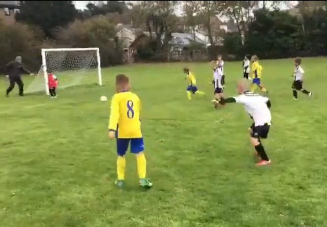 «Отец года»: мужик помог крохе-вратарю защитить ворота (дерзкое футбольное видео)