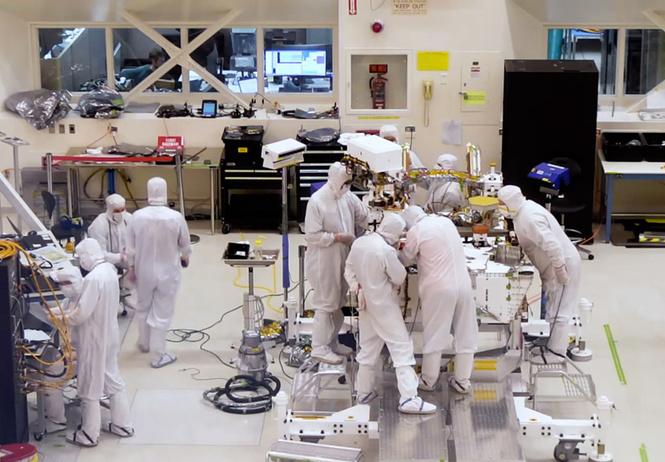 Инженеры NASA собирают новый марсоход в прямом эфире (видео)