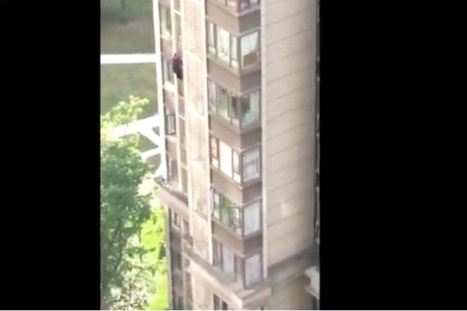 84-летняя китайская бабуля убежала из дома через окно 14 этажа (видео)