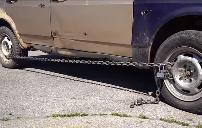 Вот что будет, если сковать колеса автомобиля цепями! (противоугонное ВИДЕО)