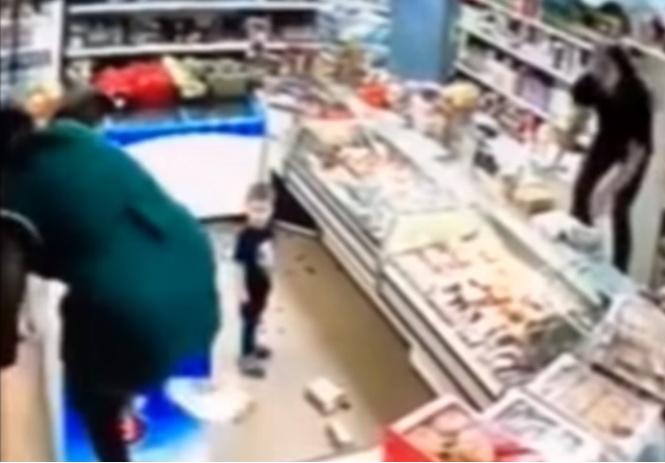 Мать разгромила магазин за отказ продавщицы дать ребенку яблоко (ВИДЕО погрома)