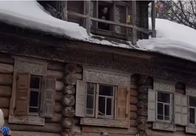 В Нижнем Новгороде на масленичных гуляньях людей забросали блинами с балкона (видео)