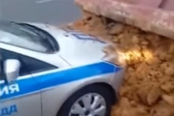 «Засыпал «гаишку»!»: водитель КамАЗа вывалил кузов песка на остановивший его автомобиль ГИБДД (видео)