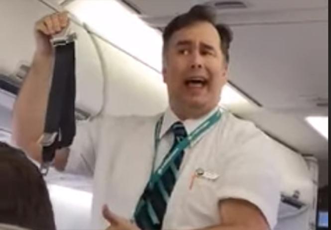Артистичный бортпроводник показал пассажирам целый спектакль о ремнях безопасности (видео)